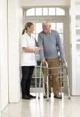 9911613-carer-aiutare-l-uomo-anziano-anziano-uso-deambulatore